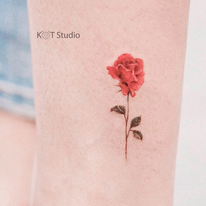 Татуировка с цветком розы для девушек на ноге. Женское маленькое цветное тату на икре