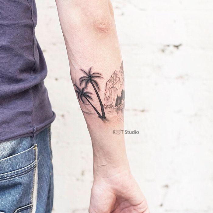 Мужское тату на предплечье в стиле графика и випшейдинг. Татуировка пальмы, море и горы. Отличная идея для мужского браслета