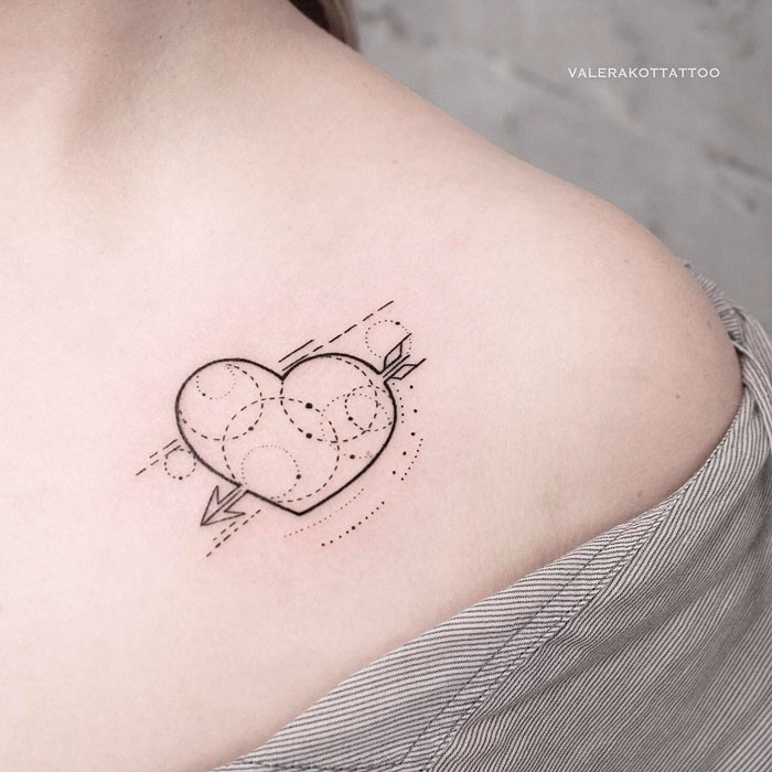 Женское тату на ключице в стиле геометрия. Маленькая татуировка сердце со стрелой