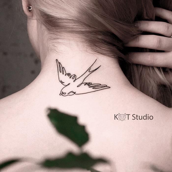Татуировкаласточка на шее для девушек. Женское мини тату на руке в стиле минимализм.