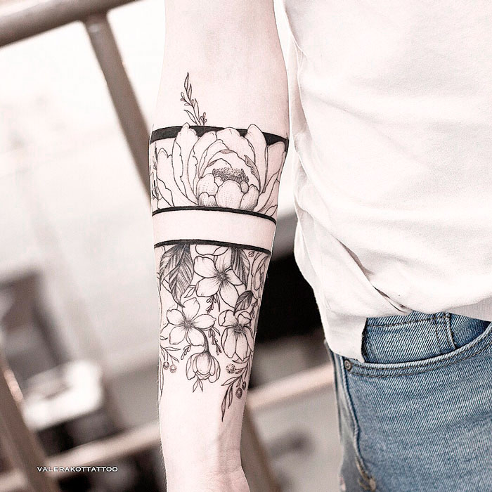 Женский тату браслет в стиле графика и дотворк. Татуировка на предплечье с пионами и сакурой