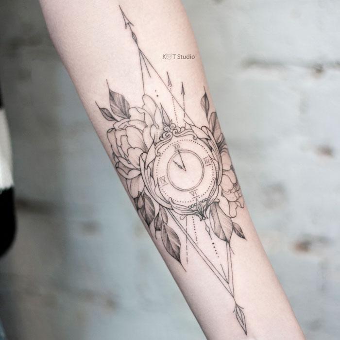 Женское тату на предплечье в стиле графика и дотворк. Татуировка с часами, пионами и элементами геометрии