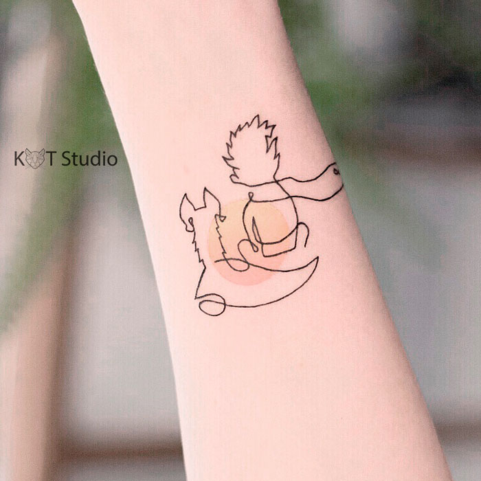 Татуировка Маленький принц на предплечье для девушек. Женское цветное тату на руке в стиле минимализм.