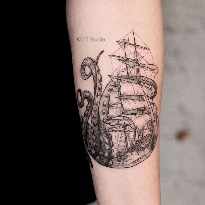 Женское тату на предплечье в стиле графика и випшейдинг. Татуировка корабля и осьминога