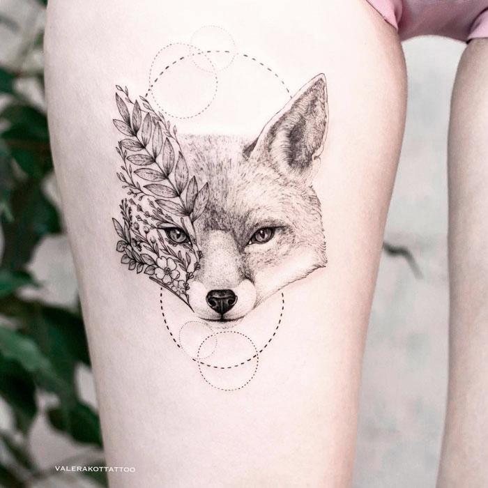 Женское тату на бедре в стиле графика и дотворк. Татуировка лисы с цветами