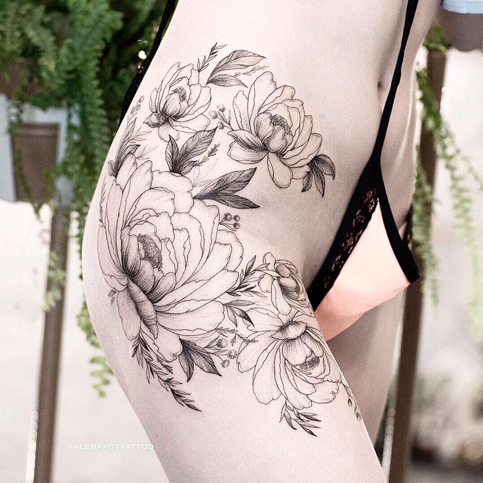 Женское тату на бедре в стиле графика и дотворк. Большая татуировка с пионами