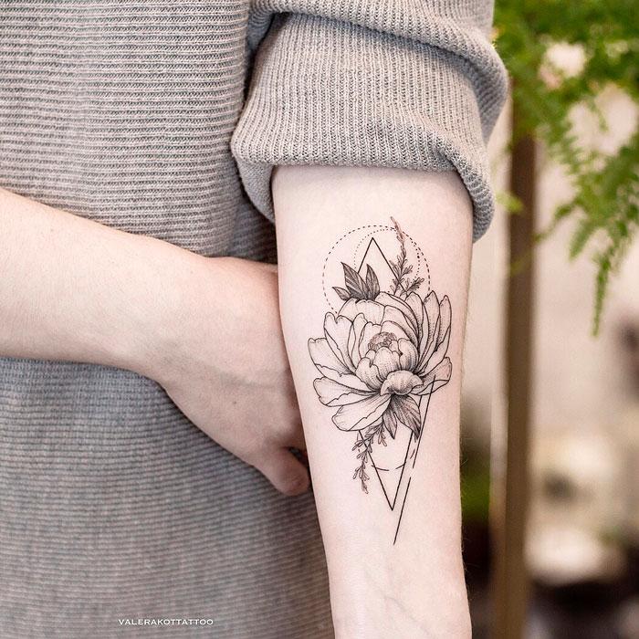 Женское тату на предплечье в стиле графика и дотворк. Татуировка пиона с геометрией
