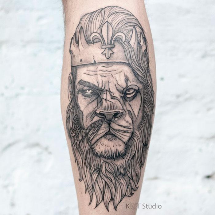 Мужское тату на икре в стиле графика и скетч. Татуировка лев с короной