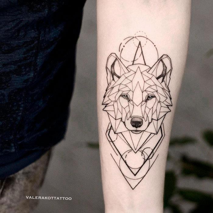 Женское тату на предплечье в стиле графика и геометрия. Татуировка волк - отличная идея для тех, кому по душе тату с животными