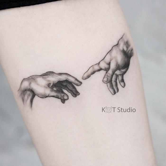 Женское тату на предплечье в стиле графика и випшейдинг. Татуировка по картине Микеланджело