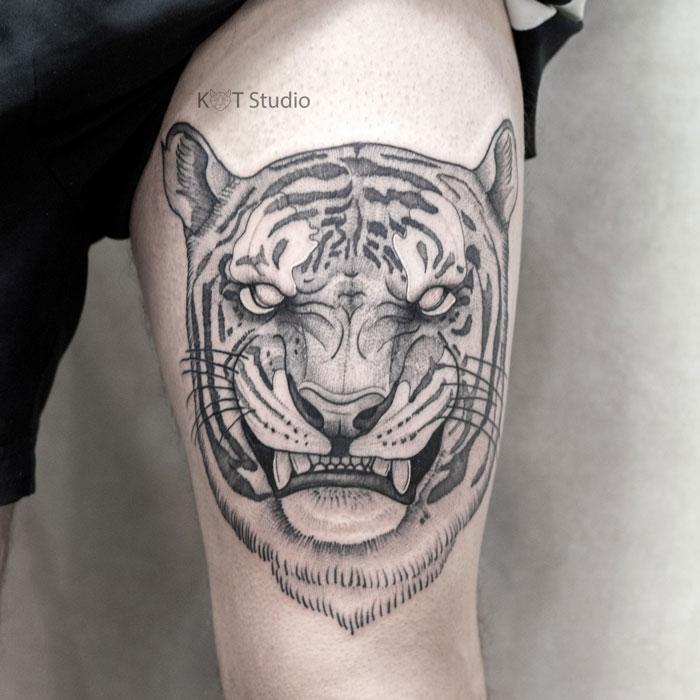 Мужское тату на бедре в стиле графика и випшейдинг. Татуировка тигра