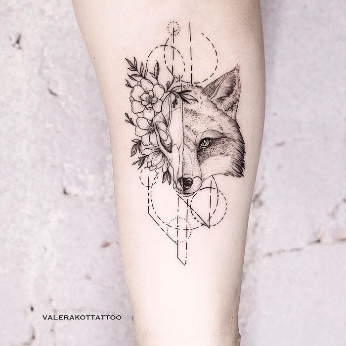 Женское тату на плече в стиле графика и дотворк. Татуировка лисы с черепом и цветами