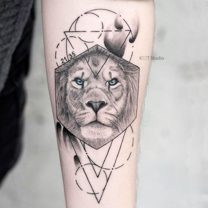 Женское тату на предплечье в стиле графика и випшейдинг. Татуировка льва с элементами геометрии