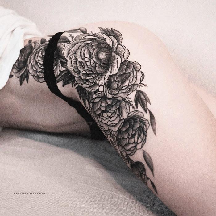 Женское тату на бедре и на боку в стиле графика и дотворк. Большая татуировка с пионами
