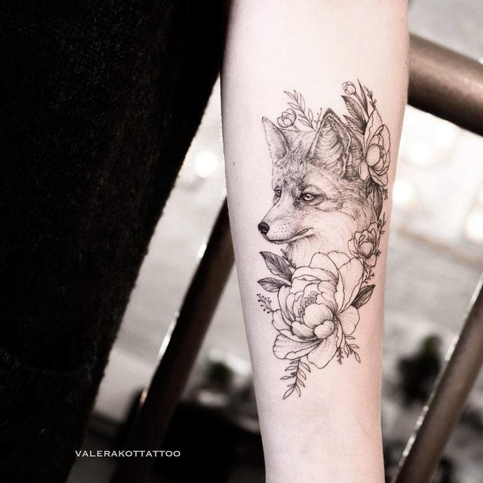 Женское тату на предплечье в стиле графика и дотворк. Татуировка с лисой и пионами