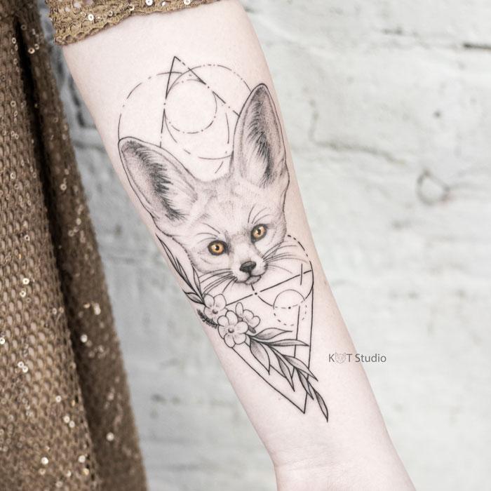 Женское тату на предплечье в стиле графика и випшейдинг. Татуировка фенек, цветы и геометрия