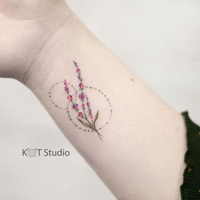 Татуировка лаванды на запястье для девушек. Женское цветное тату на руке.