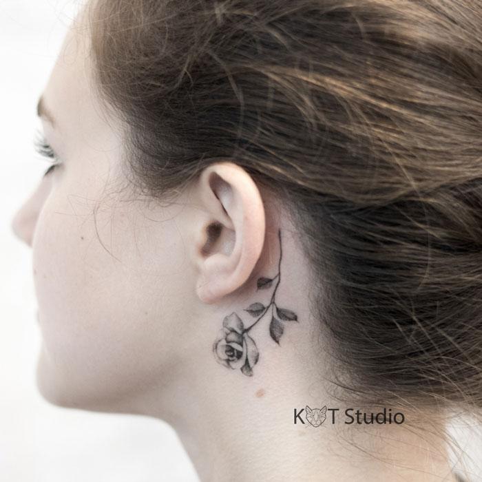 Маленькое женское тату за ухом с цветком. Черно-белая татуировка розы для девушек.
