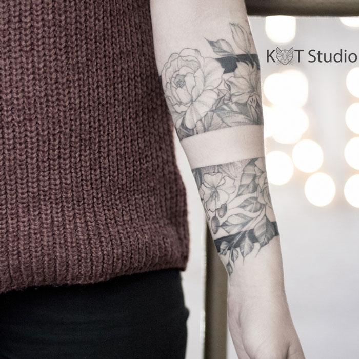 Женский тату браслет с пионами. Женское тату с цветами на руке. Татуировка для девушек в стиле дотворк и графика на предплечье.