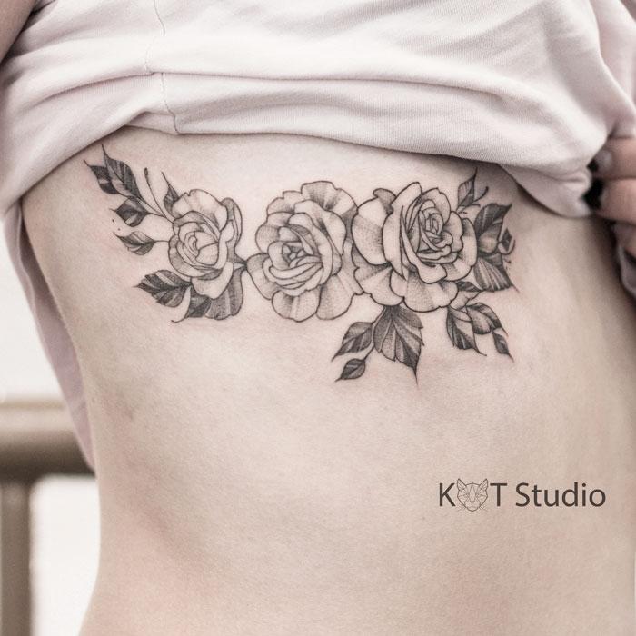 Женское тату роза на боку. Татуировка для девушек в стиле дотворк и графика под грудью.