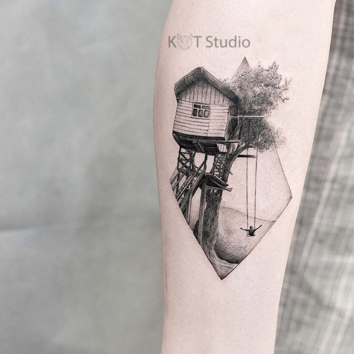 Женское тату на икре в стиле графика. Татуировка дома на дереве