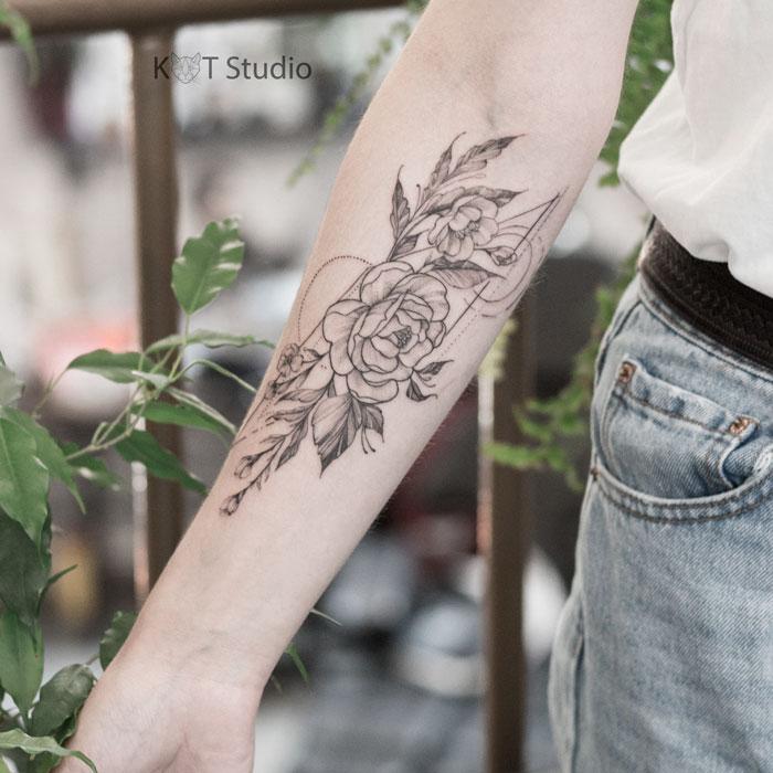 Татуировка с пионами для девушек в стиле дотворк, геометрия и графика. Женское тату с цветами на предплечье