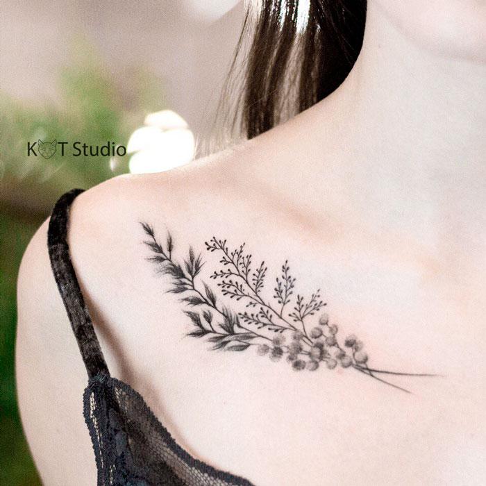 Татуировка с цветами для девушек на ключице. Женское тату в стиле графика