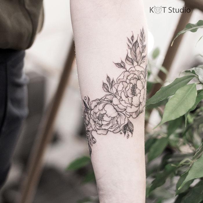 Татуировка для девушек в стиле дотворк, випшейдинг и графика. Женское тату с цветами на предплечье. Вид 2