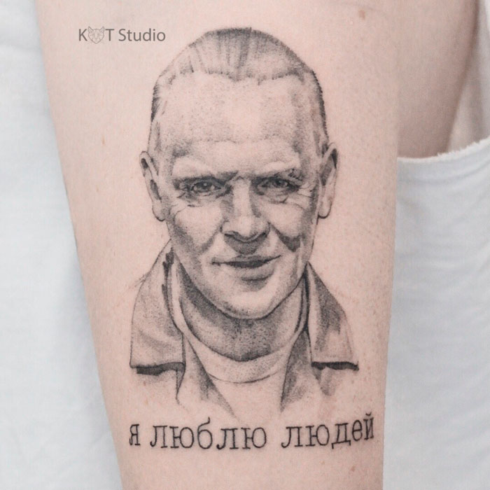 Женское тату на плече в стиле графика и дотворк. Татуировка с портретом Ганнибала Лектора из фильма