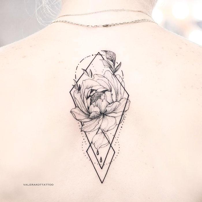 Женское тату между лопаток в стиле графика и дотворк. Татуировка с пионом и геометрией
