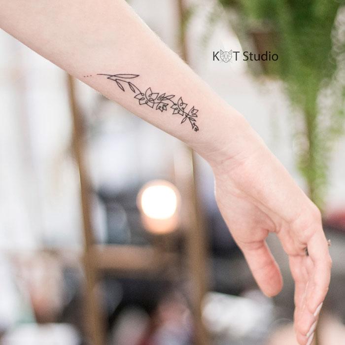 Татуировка с цветами для девушек на руке. Женское тату на предплечье в стиле минимализм