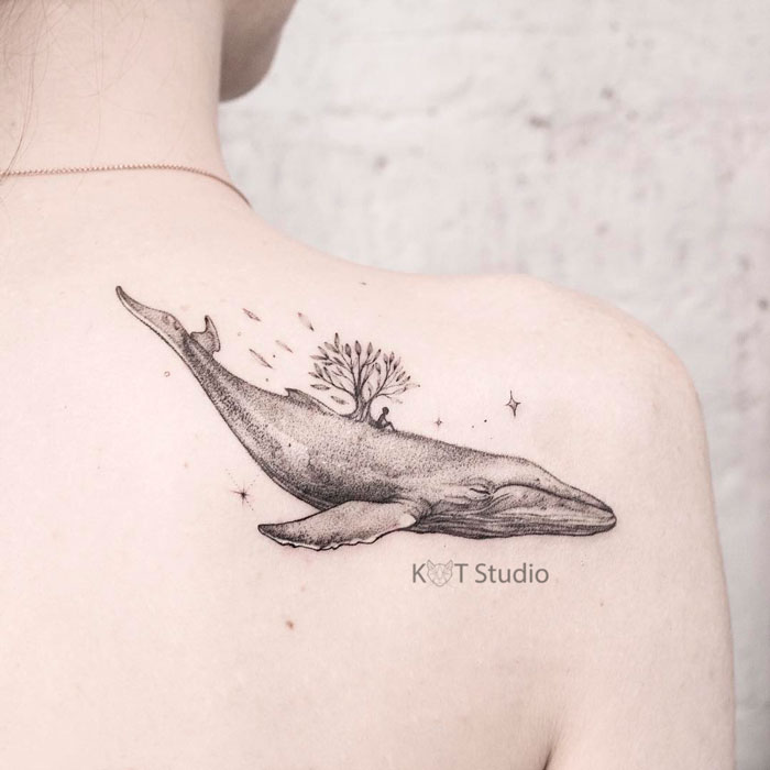 Женское тату в стиле графика и дотворк на лопатке. Татуировка кита с деревом