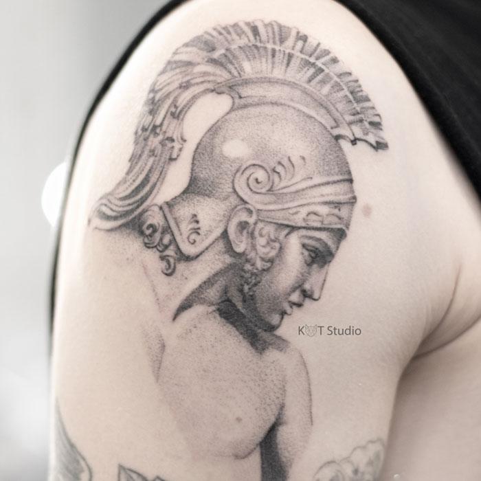 Мужское тату на плече в стиле графика и дотворк. Большая татуировка с портретом Гладиатора