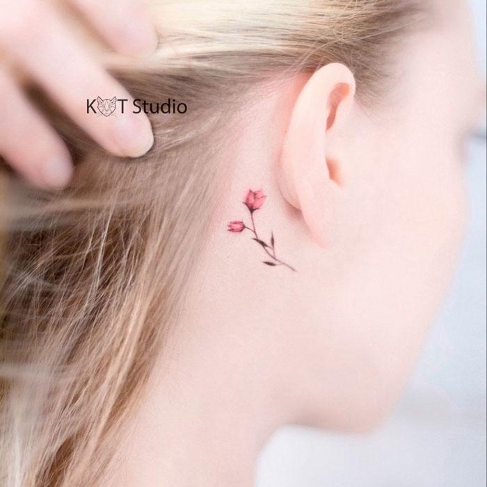 Маленькое женское тату за ухом с цветком. Цветная татуировка тюльпана для девушек.