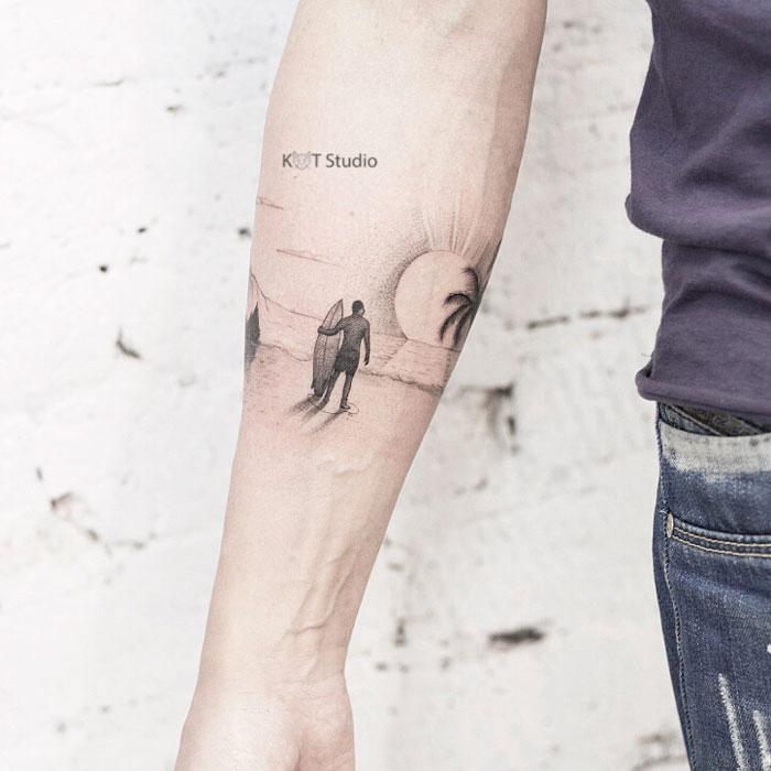 Мужское тату на предплечье в стиле графика и випшейдинг. Татуировка серф, море и солнце. Отличная идея для мужского браслета