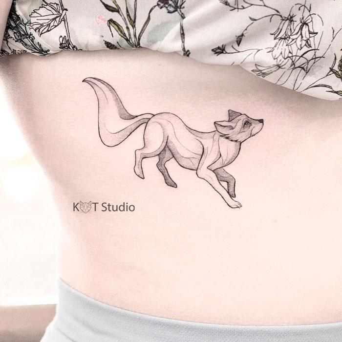 Женское тату на ребрах в стиле графика и дотворк. Татуировка под грудью с животными