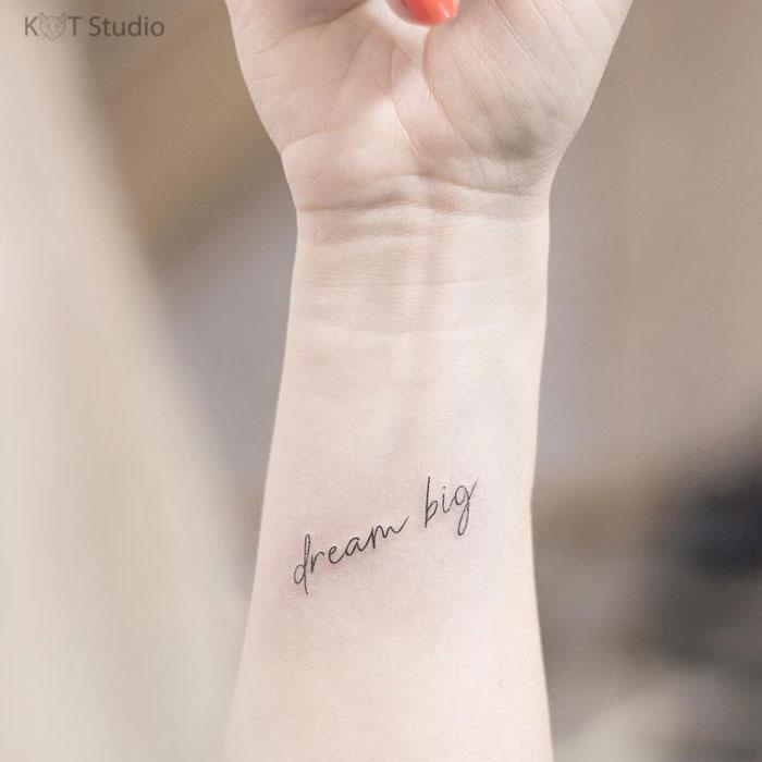 Тату на руку девушке. Тату надпись на запястье. Идея женской татуировки на предплечье 5