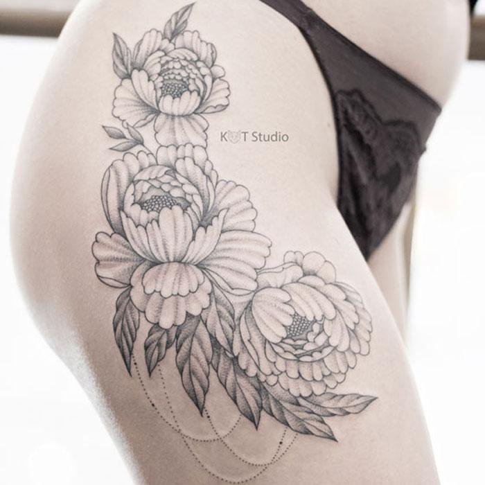 Женское тату на бедре. Татуировка с пионами в стиле дотворк и графика