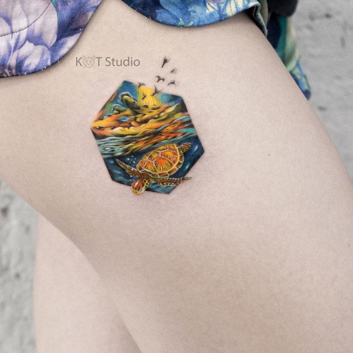 Женское цветное тату на бедре. Татуировка море и черепаха