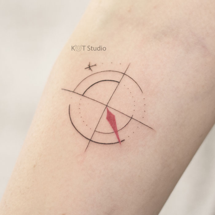 Тату на руку девушке. Тату компас и самолет на руке. Идея женской татуировки
