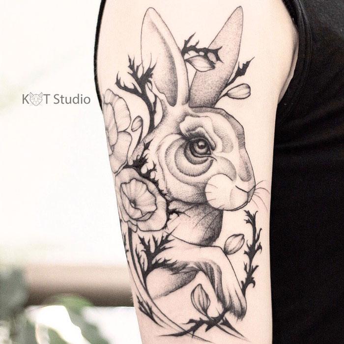 Женское тату на плече в стиле графика и дотворк. Татуировка с зайцем или кроликом и маками