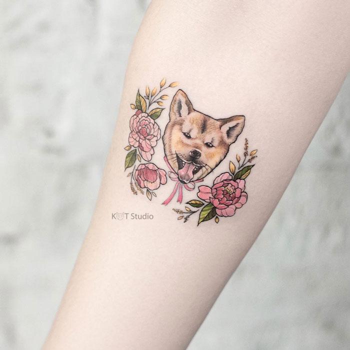 Цветное женское тату на руке с собакой лабрадором и цветами пиона. Татуировка на предплечье для девушек