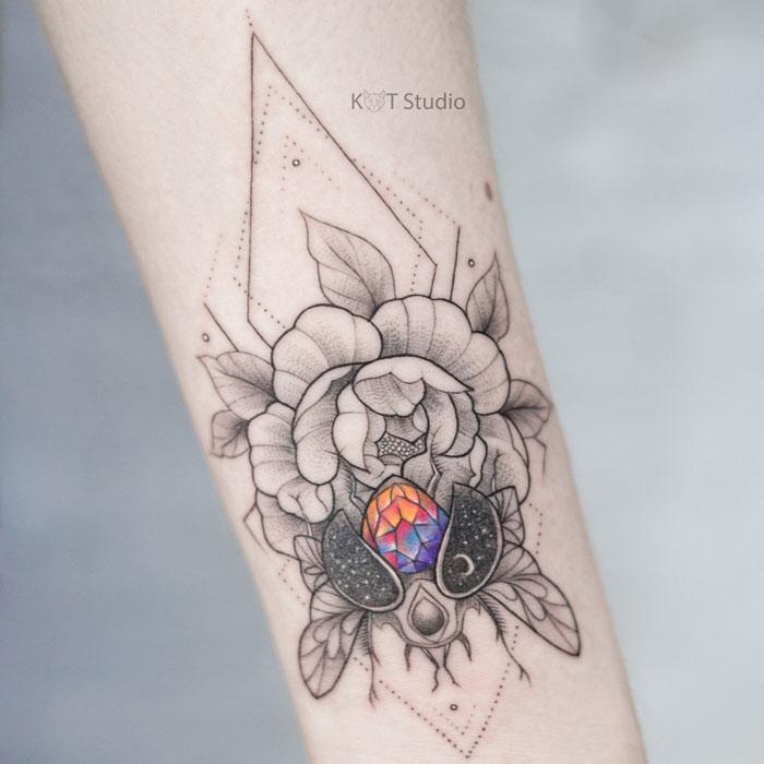 Женское цветное тату на предплечье. Татуировка с пионом и жуком.