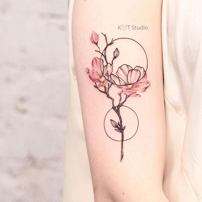 Женское цветное тату на плече. Татуировка сакуры