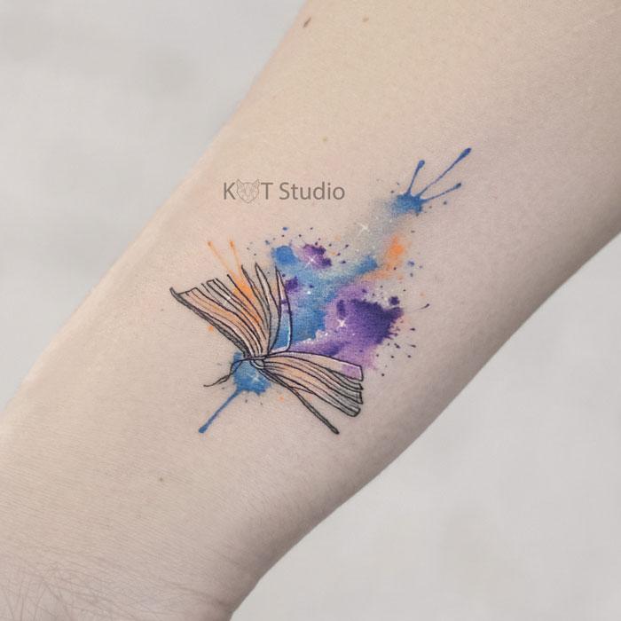 Женское цветное тату книга на запястье в стиле акварель. Татуировка на предплечье для девушек