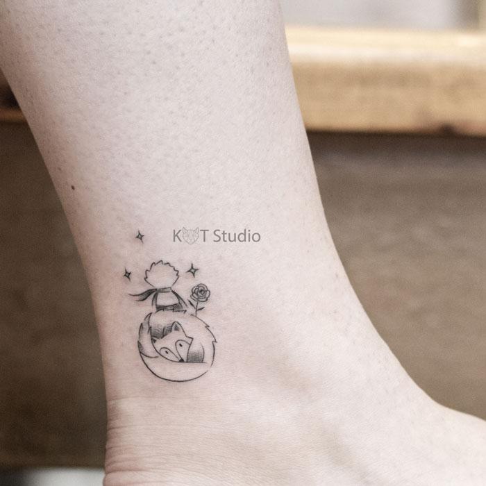 Женское маленькое тату на икре. Татуировка на лодыжке Маленький принц и лис