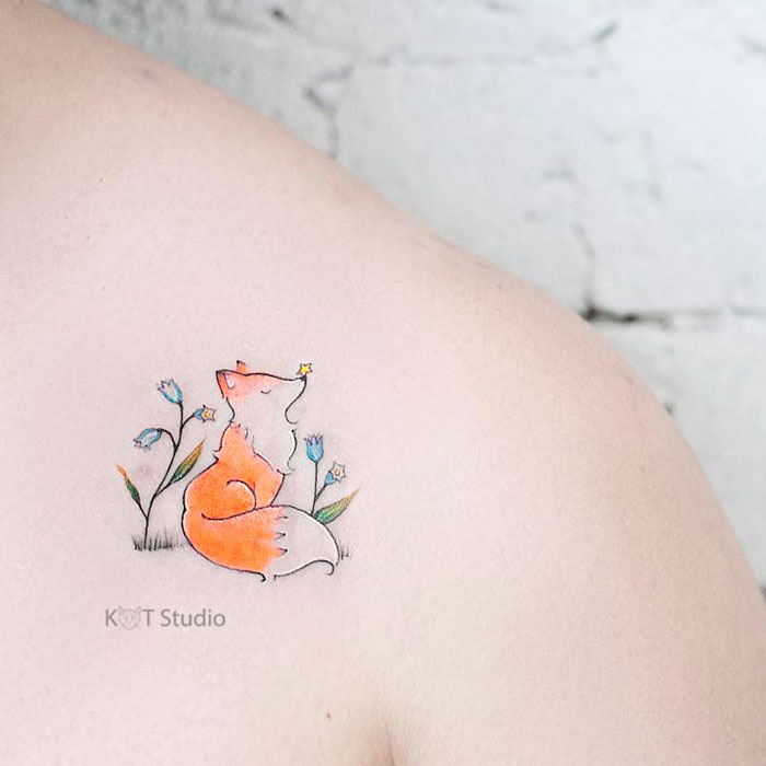 Небольшое женское цветное тату на ключице. Татуировка с животными для девушек