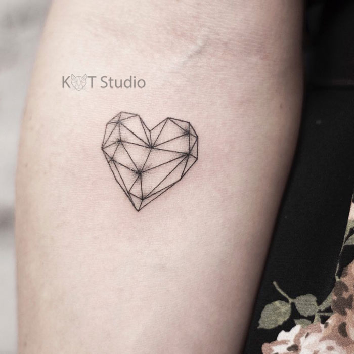 Женское маленькое тату на руке. Татуировка сердце
