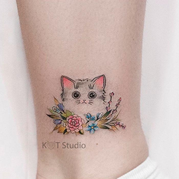 Маленькое женское тату на икре. Цветная татуировка с котом и цветами на лодыжке.