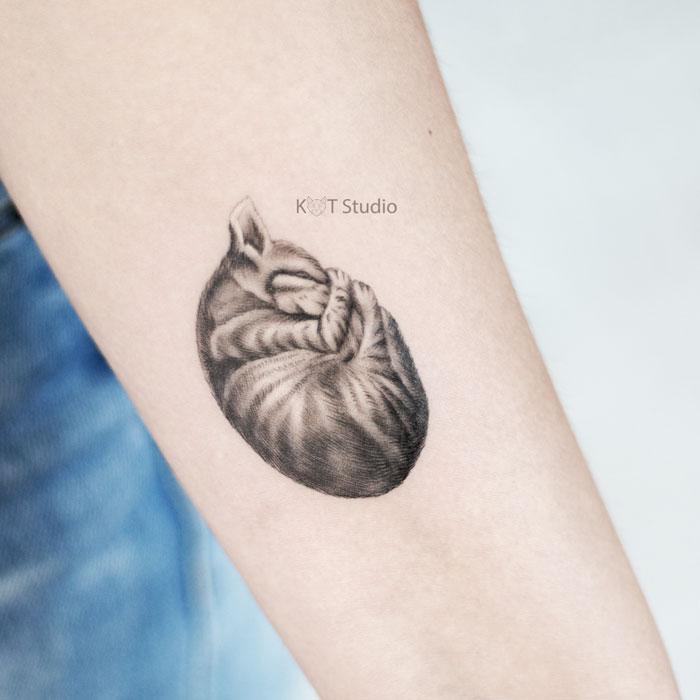 Женское тату на предплечье. Татуировка с котом